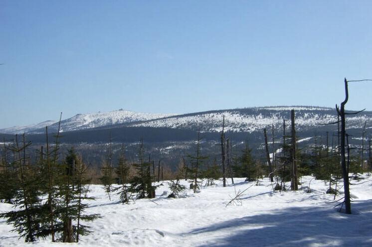 Von der Laufstrecke bieten sich schöne Blicke auf den Riesengebirgskamm mit Reifträgerbaude