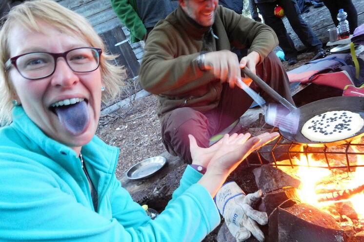 Campieren in der Wildnis bedeutet ebenso essen in und von der Wildnis. Lecker Beeren!