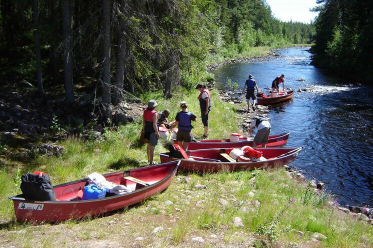 Auf der Kanuetappe paddeln Sie auf kleinen Gewässern von einem See zum anderen