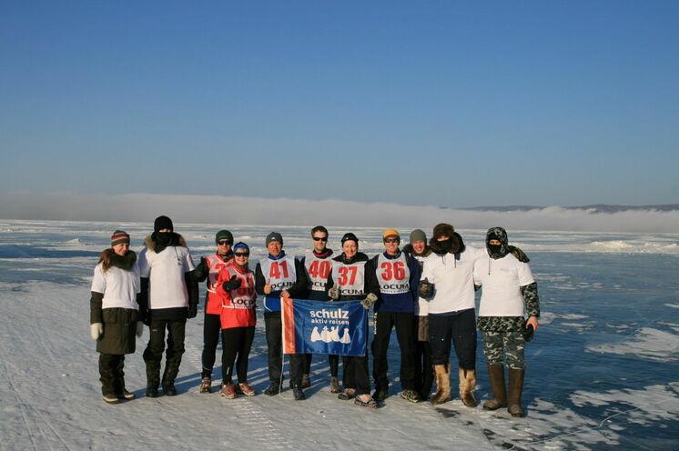 """2010: Das schulz sportteam mit Ultramarathoni Stefan Schlett (Startnummer 36) und """"Streckenposten"""" ..."""