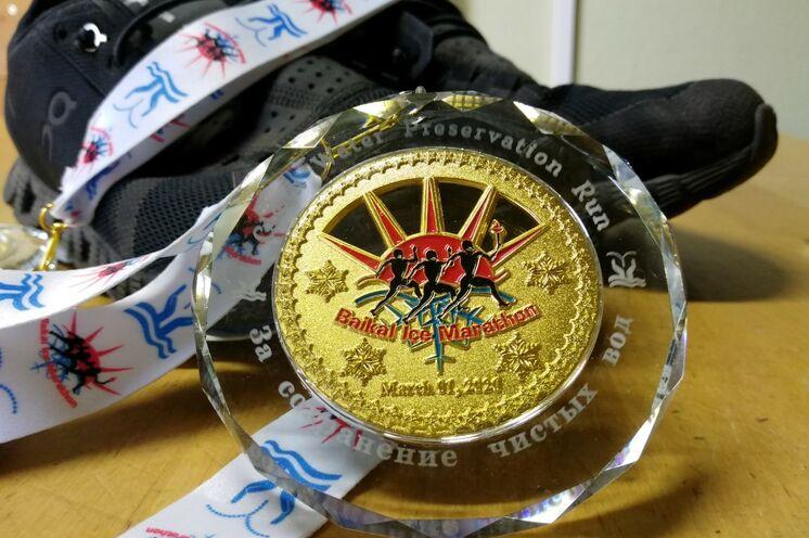 Heißbegehrte Trophäe: So sah die 2020er Edition der Medaille aus, die ihren Weg vom Baikalsee über das schulz-Büro in Dresden zu den Marathonis fand.