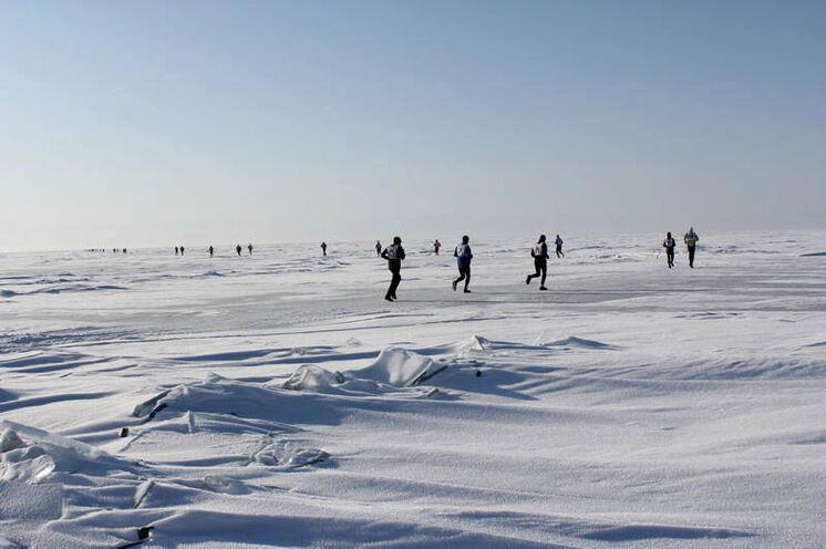 Die Laufstrecke kann ganz unterschiedlich (wechselnd) beschaffen sein: pures Eis, Schneestraße, Schneeverwehungen...