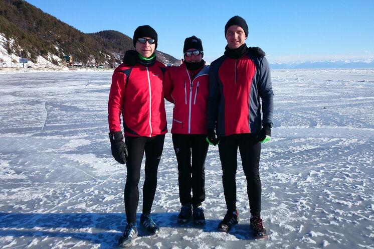 Laufen vor dem großen Lauf bei bestem Baikal-Winterwetter, denn Anfang März strahlt die Sonne schon intensiv und sorgt tagsüber für akzeptable Temperaturen. Ohne Brille geht nichts...