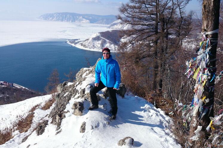 Aktive Baikalerlebnisse vor dem Lauf  führen u.a. zum Tscherski Stein (728 m) mit Traumblick auf den Baikal.
