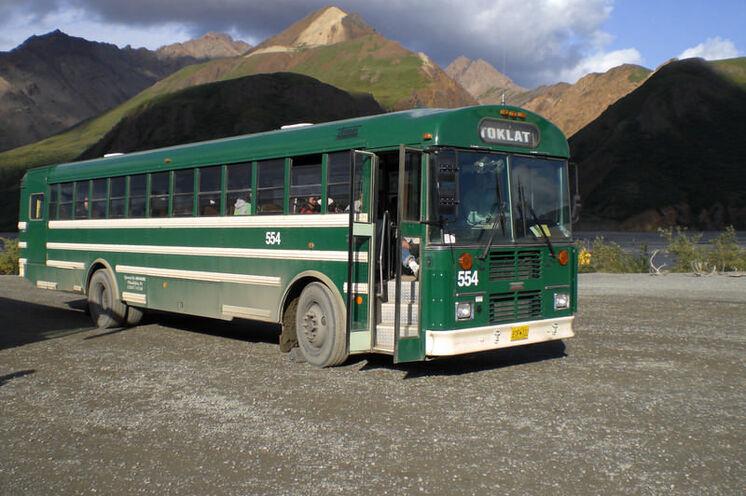 Mit dem Bus unternehmen Sie im Denali-Nationalpark eine Beobachtungstour zum Wonder Lake