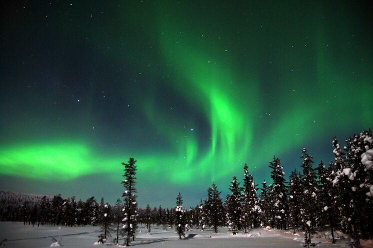 Mit ein wenig Glück sehen Sie auch Polarlichter – so wie hier auf dem Gewinnerfoto unseres Fotowettbewerbs 2014 von Uwe Knöfel