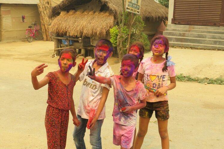 Zum Fest der Farben - dem Holy Festival, bespritzen sich alle mit Farbwasser. (Foto: Karin K.)