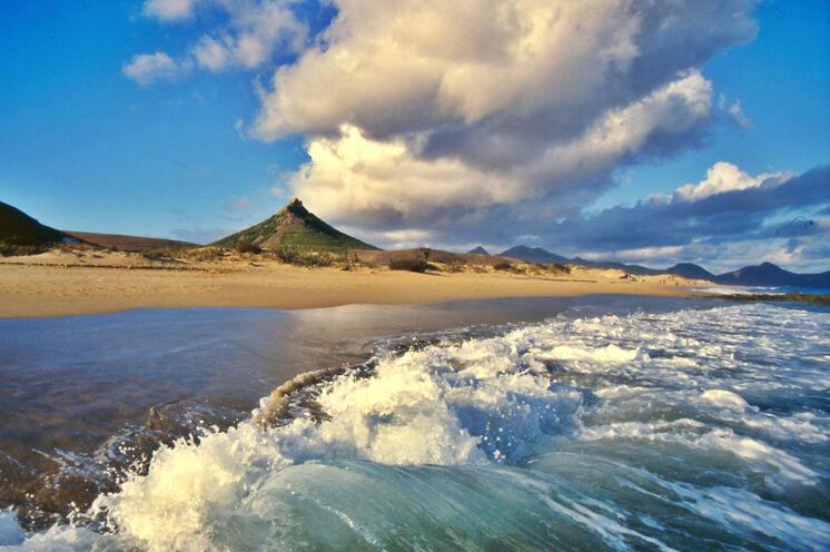 Der kilometerlange Sandstrand auf Porto Santo lädt zum Baden und Entspannen ein