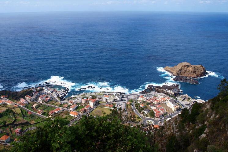 Porto Moniz im Nordosten Madeiras mit seinen Naturschwimmbecken, welche an einem freien Tag genutzt werden können.