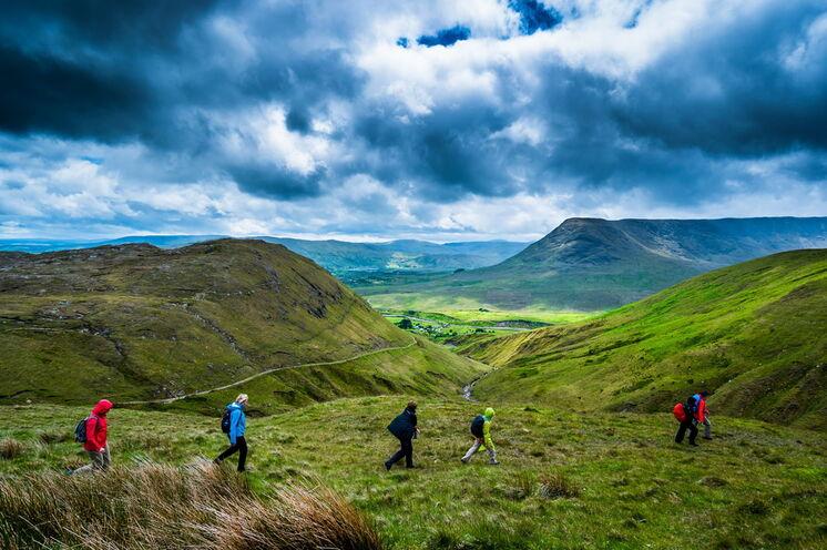 Entdecken Sie Irland zu Fuß! Großartige Landschaften, frische Luft und kräftige Farben.