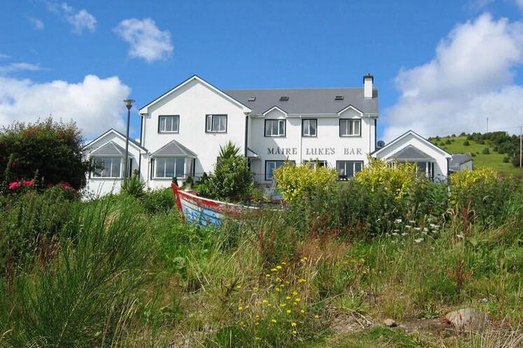Malerisch am Berghang gelegen, überblickt das Guesthouse Maire Lukes den See Lough Mask