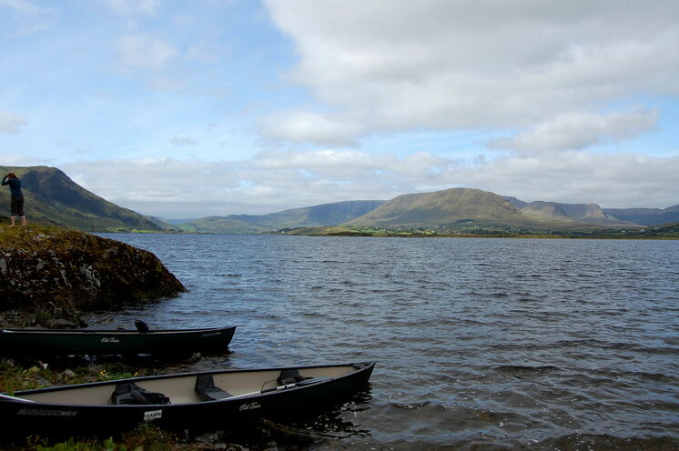 Eingebettet in eine fantastische Landschaftskulisse liegt der Lough Mask