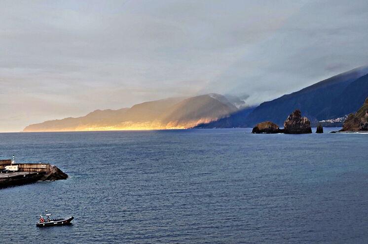 Ob im Süden oder wie hier im Norden, dass Meer ist immer präsent - ein Blick auf die Nordküste von Porto Moniz aus gesehen.