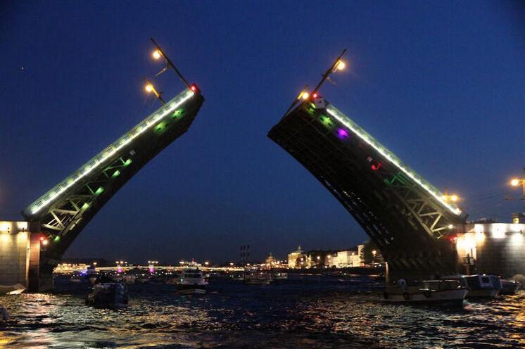 Ein besonderer Moment: Gegen 1:30 Uhr morgens öffnen die Brücken über der Newa...