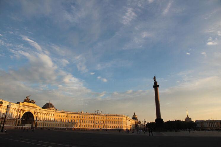 """Weiße Nacht auf dem Schlossplatz - Start & Ziel des """"White Nights Marathons"""" (Startschuss fällt morgens 9 Uhr...)."""