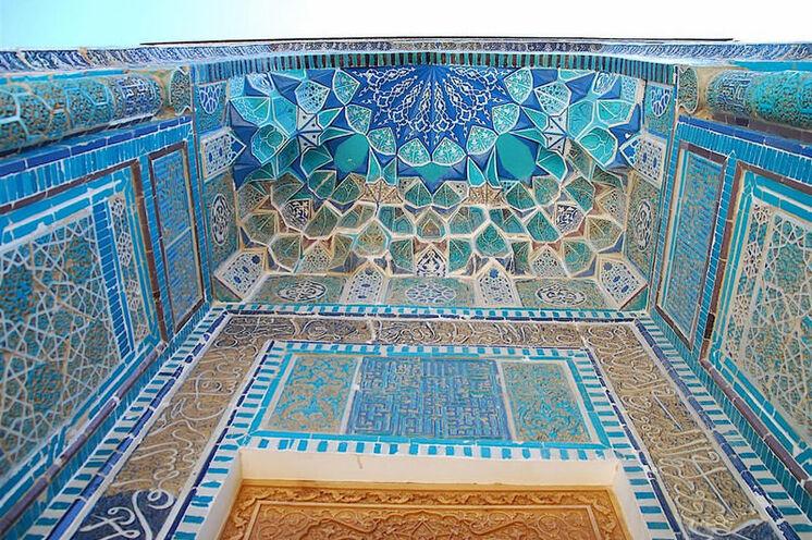 Farbenprächtig zeigen sich die Eingangsportale der Moscheen und Medresen