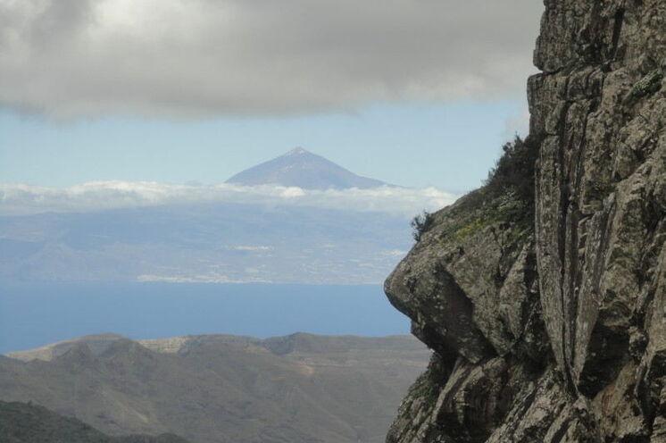 Scheinbar zum Greifen nah: der Gipfel des Teide auf der Nachbarinsel Teneriffa