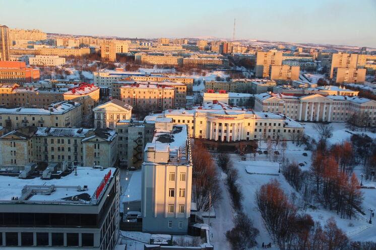 Oberhalb der Stadt Murmansk liegt das Wettkampfareal - ein hügliges Wald-Seen-Gebiet.