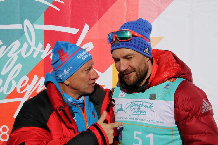Frank Schulz im Gespräch mit dem Gewinner des 50 km FT-Laufes 2018 Aleksej Petuchow (2:14). Er siegte ebenso 2019.