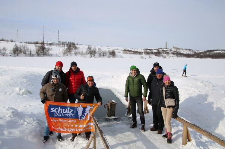 2018 - schulz sportreisem-Gruppe vor einem Eisbadeloch...ppe