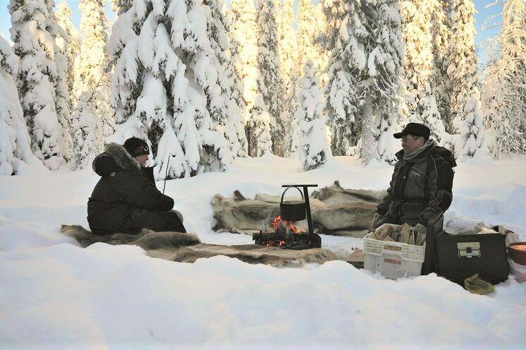 Unterwegs wird Pause im Schnee gemacht