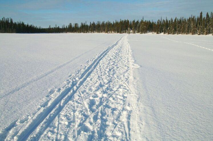 Dann gibt es weniger gut präparierte Loipen, wie hier auf dem See. Aber auch hier ist sowohl klassischer Stil als auch Skating möglich