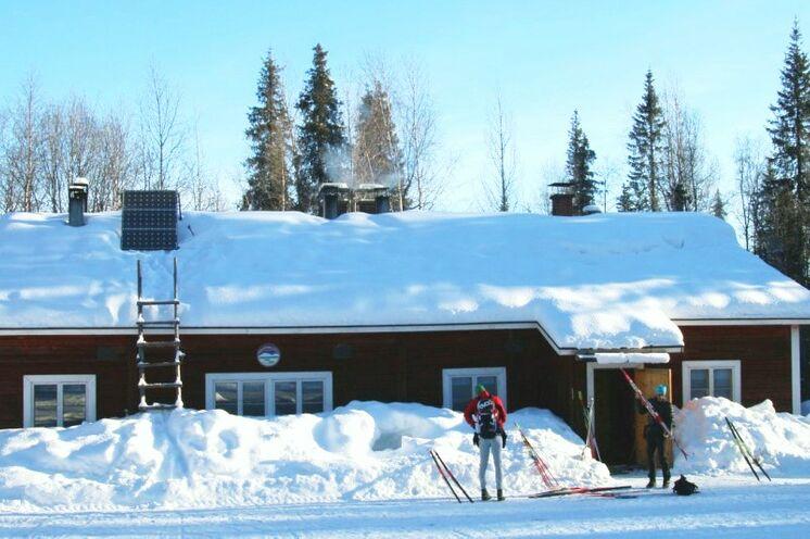Morgens vor einer der Hütten. Über Schneemangel kann man sich hier nicht beschweren