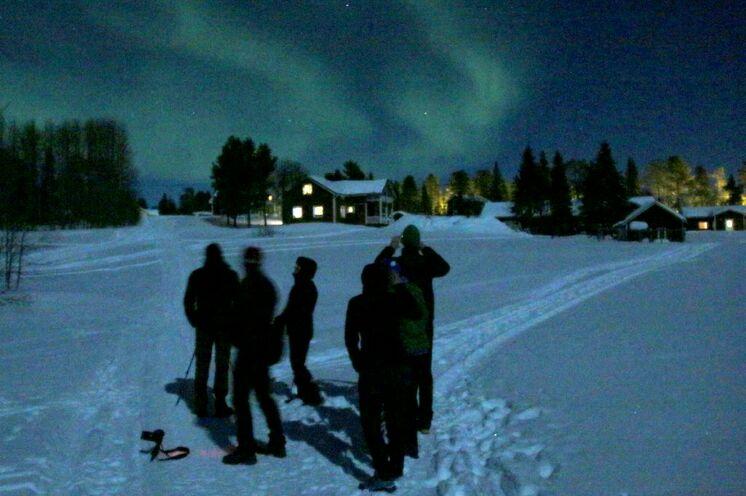 Wenn es abends Polarlichter gibt, zieht es die ganze Gruppe vor die Tür - trotz Kälte!