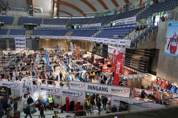 """Die """"Birken"""" Messe in der Olympiahalle von Lillehammer mit Wachsservice und guten Möglichkeiten, Kleidung und Wachs-/Skiutensilien zu kaufen"""