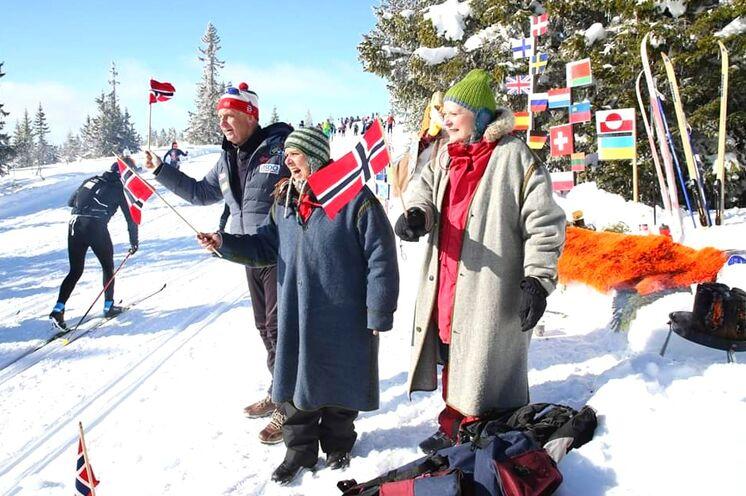 """Die Begeisterung der Norweger für """"ihren"""" Nationalsport kennt keine Grenzen, zahlreiche Schlachtenbummler motivieren und unterstützen die Läufer am Wegesrand"""