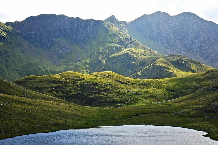 Die Landschaft überrascht mit einer großen Vielfalt - hier die schroffe Berge im Snowdonia-Nationalpark
