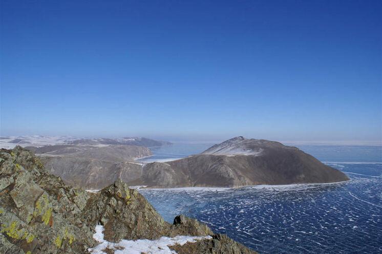 Gigantischer Blick vom Berg Schebete auf den vereisten Baikalsee