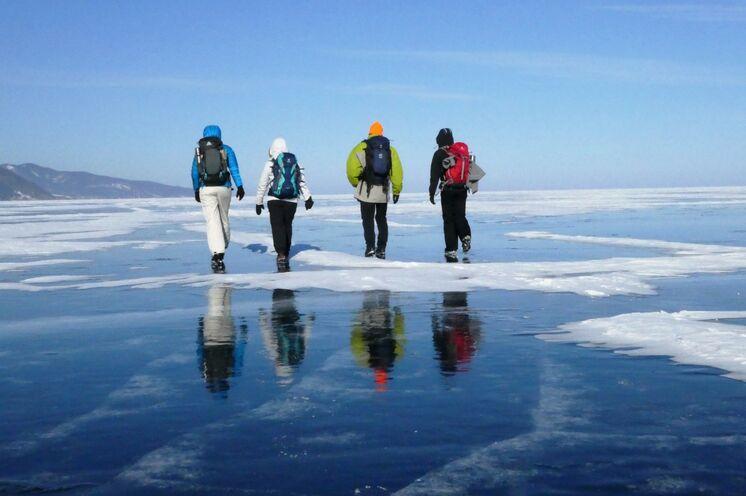 Wandern auf dem Eis mit Tagesrucksack