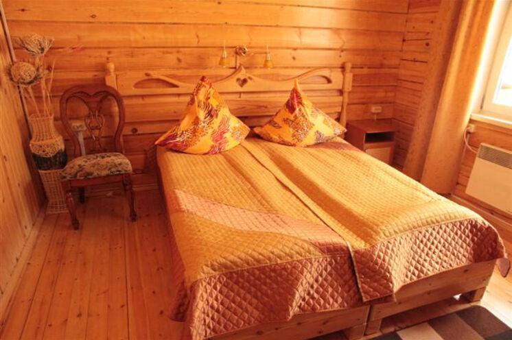 ...Doppel- oder Einzelzimmer mit DU/WC; Sauna gibt es im Haus auch.