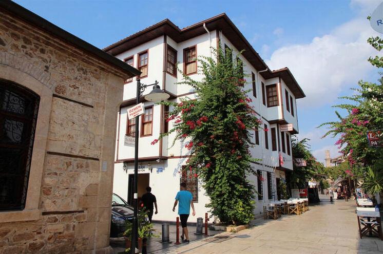 Reisebeginn in der Altstadt von Antalya. Übernachtung in diesem oder ähnlichem Hotel.