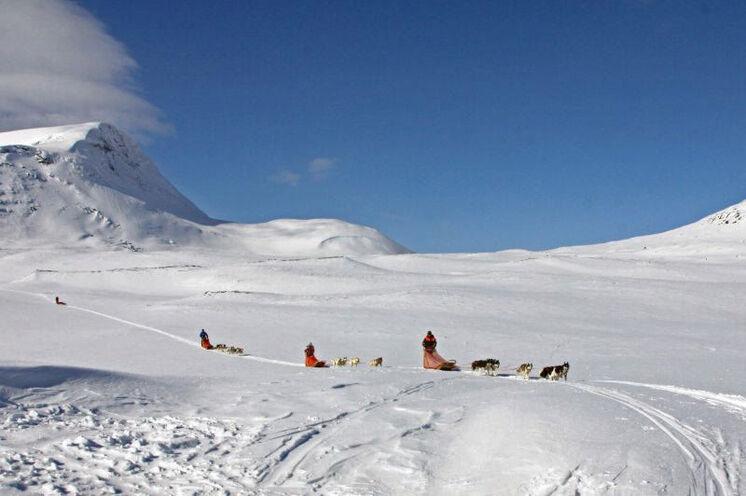 Unterwegs im Fjäll - der stetige Wind in den Bergen formt einzigartige Eislandschaften.