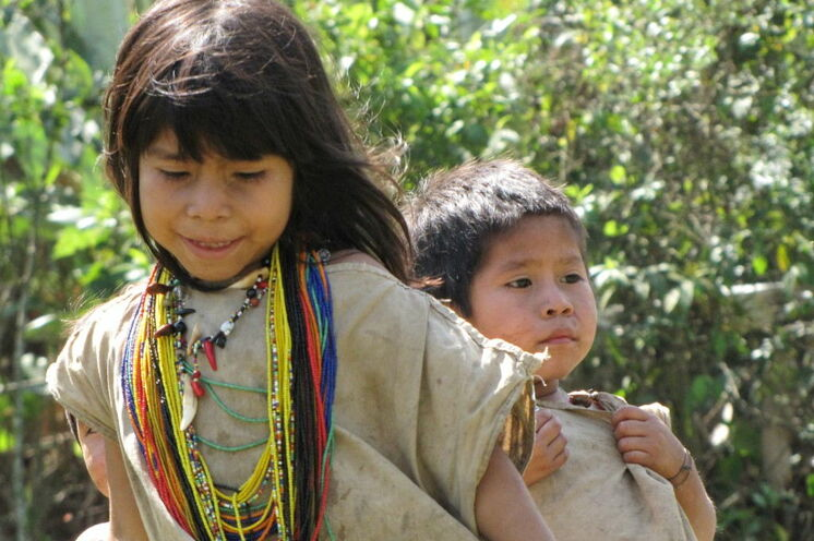 Das Erkennungszeichen der Kogi-Mädchen sind ihre vielen farbigen Ketten und die Jungs tragen Taschen