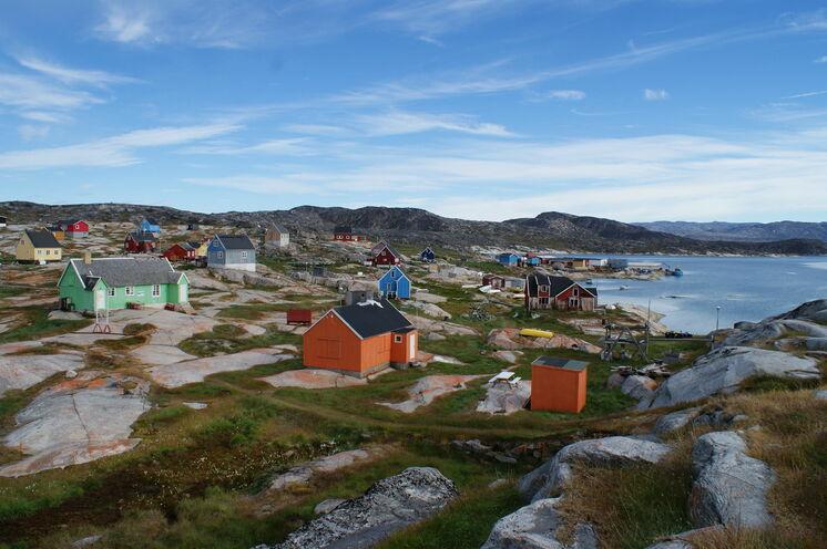 Blick auf den idyllischen 40 Einwohner-Ort Oqaatsut (dän. Rodebay).