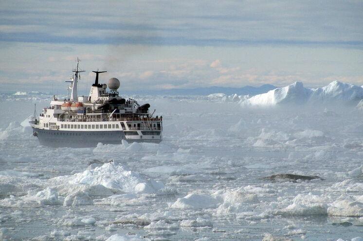 Kurz nach der Hafenausfahrt von Ilulissat auf dem Weg in die Diskobucht.