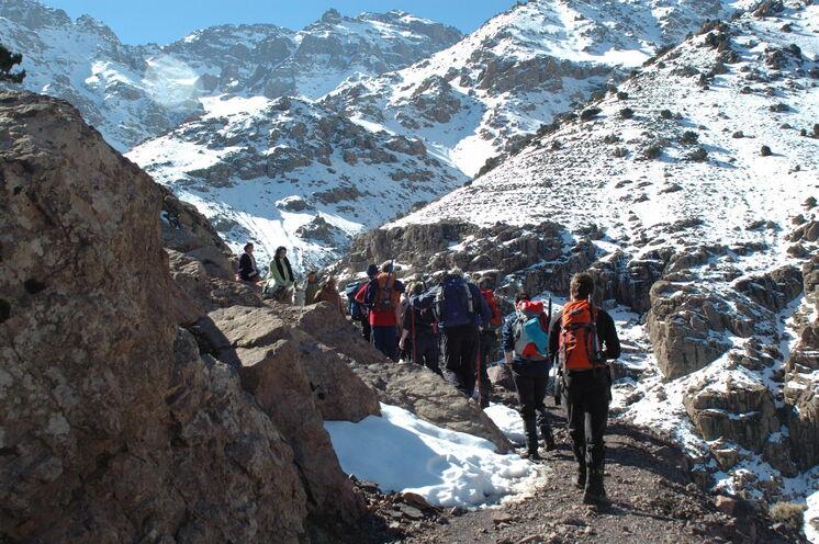Auf dem Weg zum Gipfelkreuz im Winter