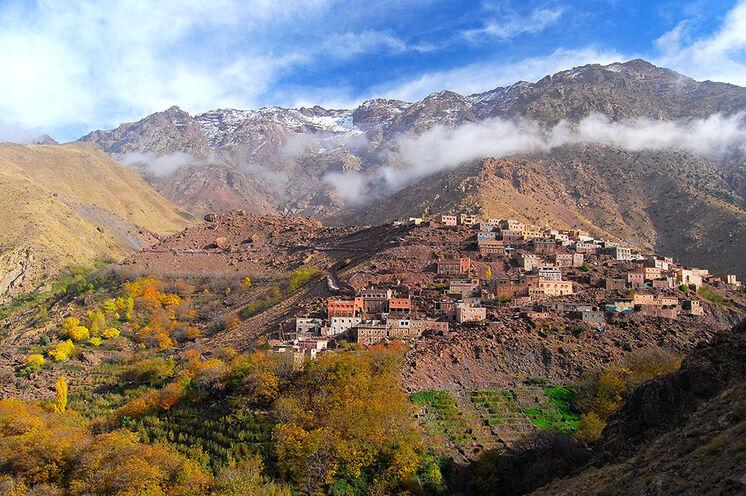 Der Hohe Atlas erstrahlt in warmen Herbstfarben. Auf dem Weg zum Gipfel durchstreifen Sie mehrere Berberdörfer...