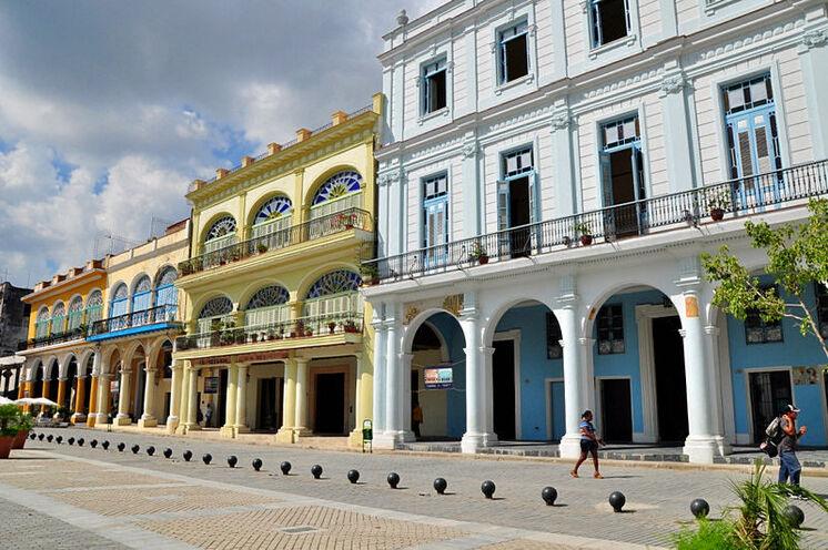 Die bekannten Plätze der Hauptstadt strahlen in ihren Pastelltönen.