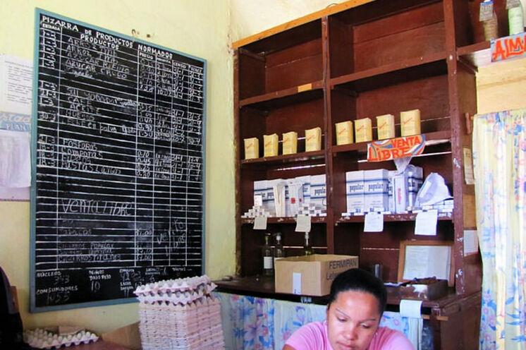 Einblick in den Alltag: übersichtliche Auswahl in den bodegas (hier kauft man auf Lebensmittelkarte).