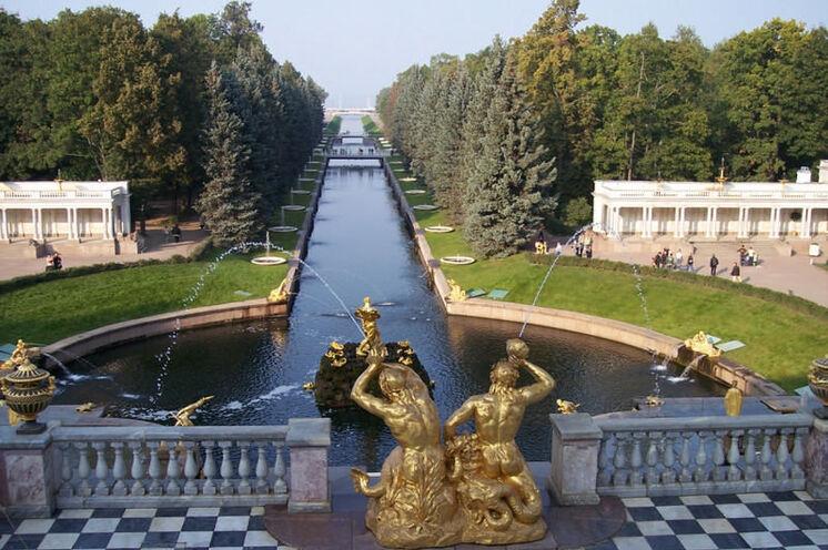"""Reisebeginn in St. Petersburg mit Ausflug zum Schloss """"Peterhof"""" mit der prächtigen Gartenanlage."""