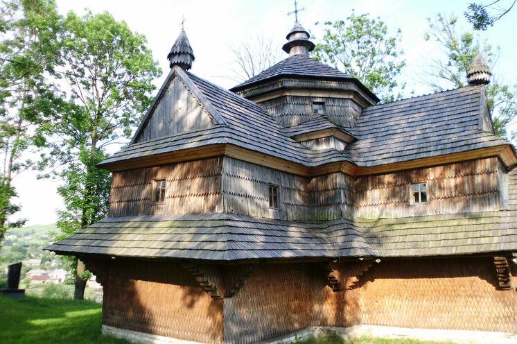 Die wunderschöne, Iwan Struk gewidmete, Holzkirche im Dorf Jasinija