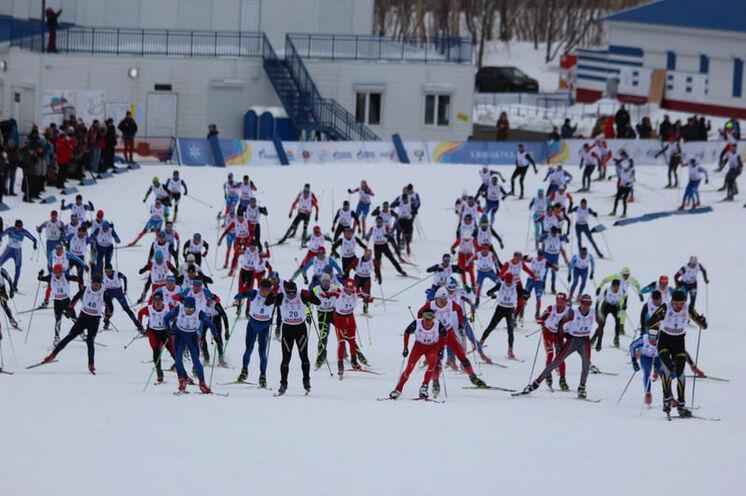 Start zum Avatcha-Marathon, dem Saison-Abschluß-Lauf in Russland. Trotz Mitte April ist der Schnee gesichert. 2-Rundenkurs mit einem relativ kleinem (ca. 300 Teiln.), aber stark besetzten Teilnehmerfeld.