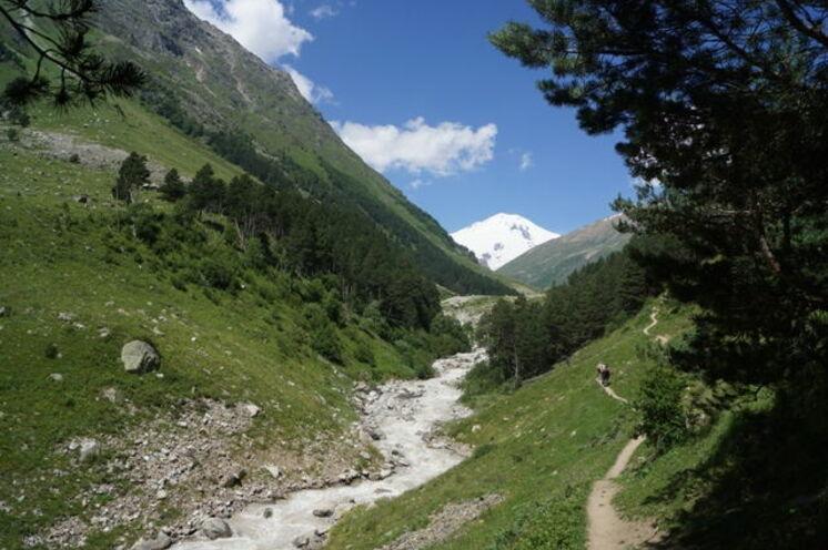 Am 14. Tag wandern Sie durch das Irik-Tal mit Blick zum Elbrus.