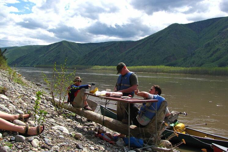 In der Natur schmeckt alles noch viel besser: Mittagspicknick am Fluss
