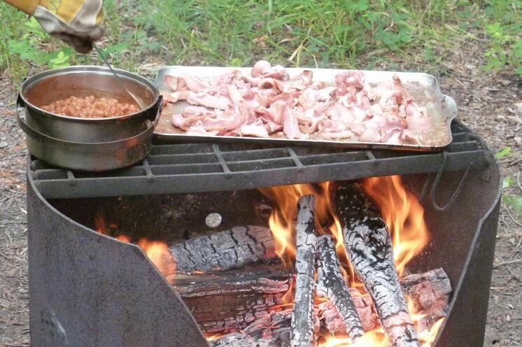 Ihr leckeres Abendessen wird frisch auf dem Grill zubereitet