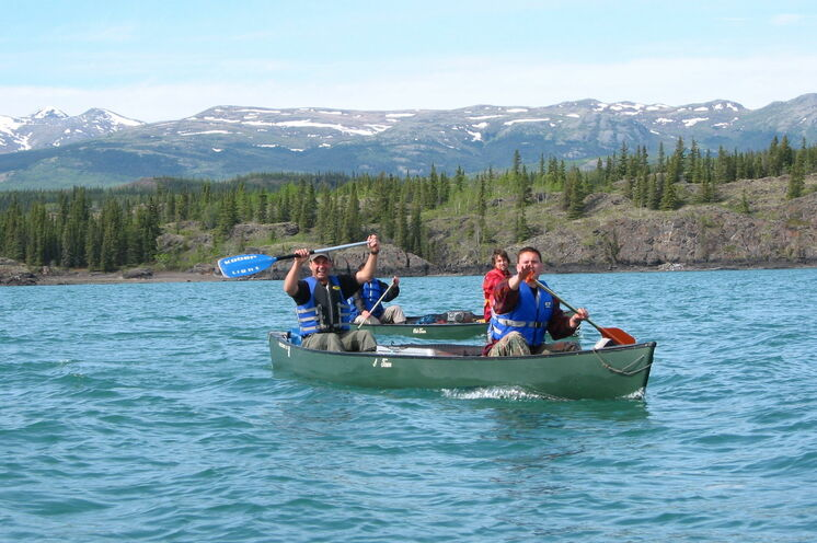 Gute Stimmung beim Paddeln auf dem Lake Laberge
